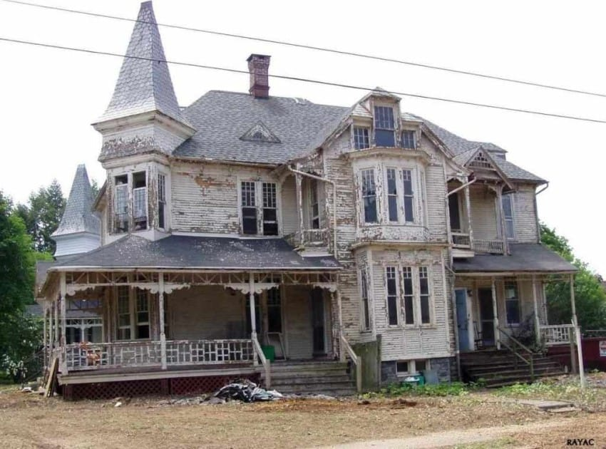 1887 queen anne style house is restored to its once Queen anne house