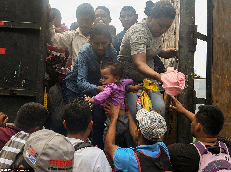 Guatemala tries blocking caravan of 9,000 Honduran